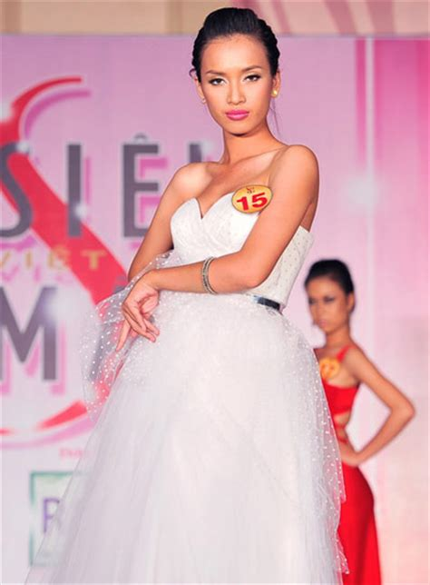 Finalists of Vietnam Supermodel 2010 compete in evening